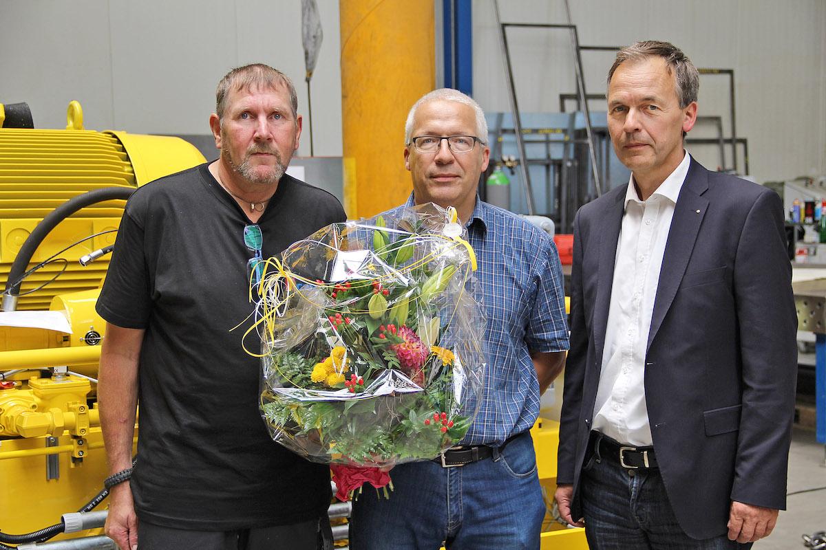 Die stolzen Jubilare Ralf Thulke und Bernd Menzel mit Geschäftsführer Ludger Helmig